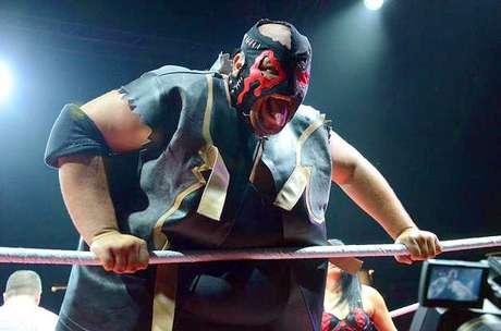 Monster Pain, con la compañía de Mistres Glenda, retuvo el título de la WWL en una triple amenaza se impuso a Carlito y Chavo Guerrero.