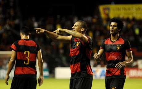 Neto Baiano comemora o primeiro gol do Sport Foto: Antonio Carneiro / Agência Lance