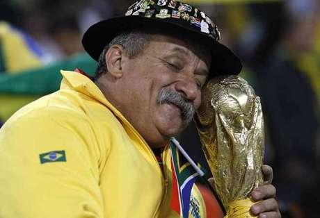 """O corretor de imóveis Clóvis, mais conhecido como """"Gaúcho da Copa"""", vai para seu sétimo Mundial seguido, dessa vez em casa Foto: Arquivo Pessoal"""