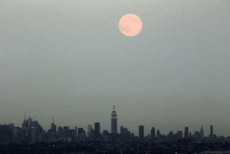 Fotógrafo registra a superlua em Nova York, nos Estados Unidos