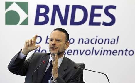 Presidente do Banco Nacional de Desenvolvimento Econômico e Social (BNDES), Luciano Coutinho, durante coletiva de imprensa na sede do banco, no Rio de Janeiro, em abril de 2012 Foto: Sergio Moraes / Reuters