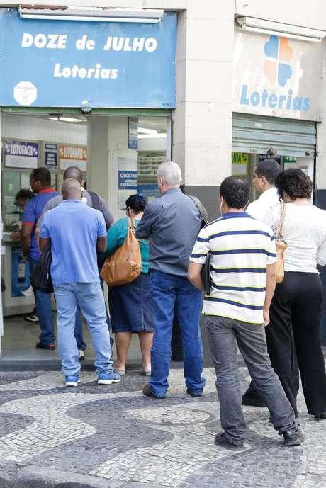A aposta mínima na Mega-Sena é de R$ 2,50 e pode ser feita até as 19h de sábado, em qualquer casa lotérica do País Foto: Rudy Trindade / FramePhoto