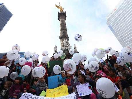 Niños y niñas protestan en el Ángel de la Independencia acompañados de padres y madres, donde escribieron peticiones para el 6 de enero, Día de los Reyes Magos, y expresaron sus deseos para que se esclarezca la desaparición de los normalistas de Ayotzinapa desaparecidos desde el 26 de septiembre de 2014.