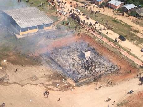 <p>Manifestantes invadiram as duas casas do prefeito, destruíram eletroeletrônicos, móveis, e depois, incendiaram as residências</p>