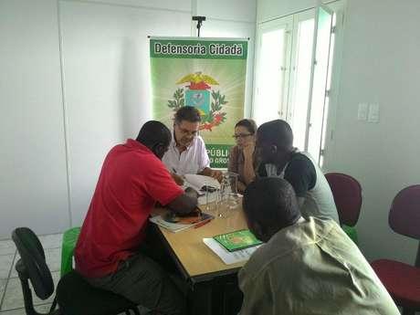 Pedido foi feito nesta quinta-feira, durante uma visita de um grupo de haitianos à sede da Defensoria Pública Foto: Defensoria Pública do MT / Divulgação