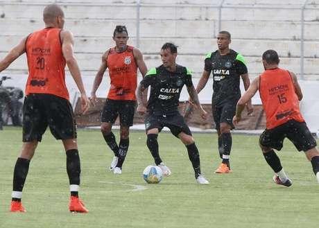 Jogadores até tentaram aguentar a chuva, mas não deu certo Foto: Twitter/ @coritiba / Divulgação