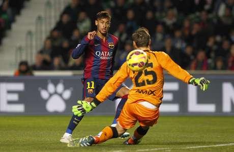 Neymar fez um dos gols sem deixar a bola pingar no chão Foto: Fernando Bustamante / AP