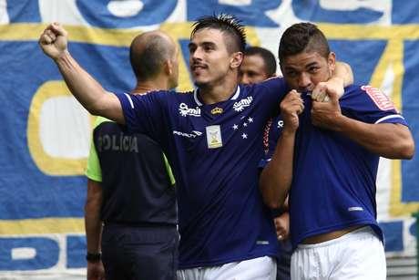 Judivan comemora ao lado de Willian o empate cruzeirense Foto: Felipe Costa / Futura Press
