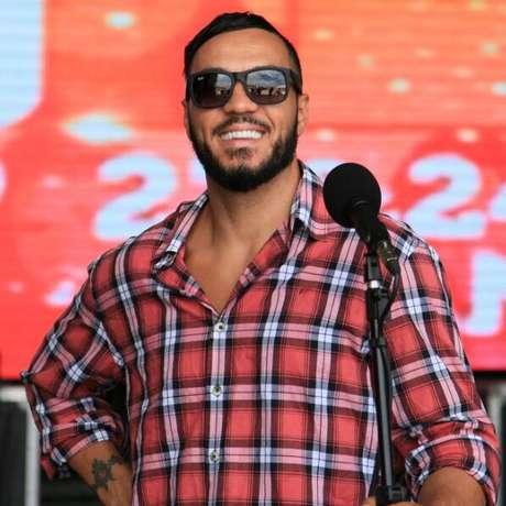 A esposa de Belo, Gracyanne Barbosa, postou no instagram o novo sorriso do cantor com uma declaração de amor Foto: Instagram @graoficial / Reprodução