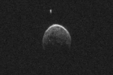 Segundo a Nasa, o voo orbital do BL86 foi o mais próximo à Terra de um asteroide desse tamanho desde 1999. Foto: YouTube/NASA
