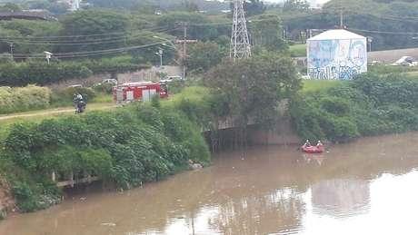 Bombeiros procuram homem desaparecido no rio Pinheiros Foto: Rodolfo Guilherme Ramiro da Silva  / vc repórter