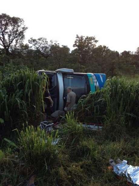 Ônibus caiu de um barranco de três metros de altura após fazer uma curva. Foto: Keka Werneck / Especial para Terra