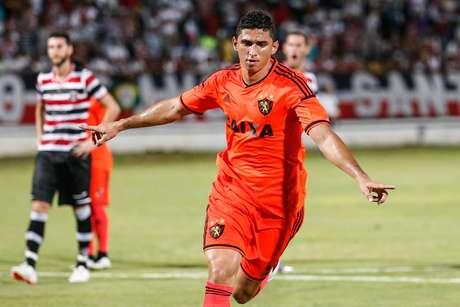 Danilo fez de pênalti o primeiro gol do clássico Foto: Marcelo Zambrana / Agif/Gazeta Press