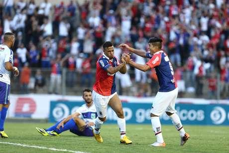 Carlinhos fez um dos três gols paranistas Foto: Geraldo Bubniak / Gazeta Press