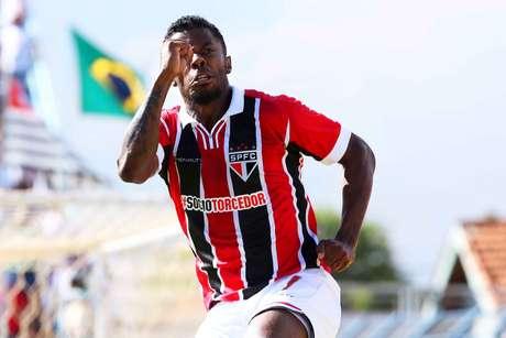 Michel Bastos marcou o primeiro gol são-paulino Foto: Célio Messias / Gazeta Press