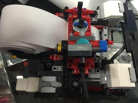 Primeira versão da impressora Braigo, gadget para imprimir materiais em braile feito com Lego Foto: Henrique Medeiros / Terra