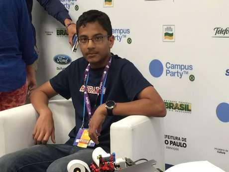 Jovem criador, Shubham Banerjee veio ao Brasil acompanhado de seu pai, Neil Banerjee Foto: Henrique Medeiros / Terra