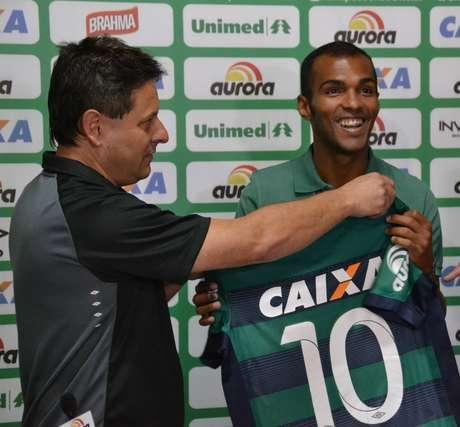Richarlyson é apresentado com a camisa 10 da Chapecoense Foto: Chapecoense / Divulgação