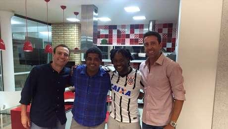 Vagner Love veste a camisa do Corinthians Foto: Facebook / Reprodução