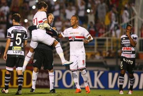 "Rogério Ceni comemora gol de pênalti que ""matou"" o jogo Foto: Marcos Bezerra / Futura Press"