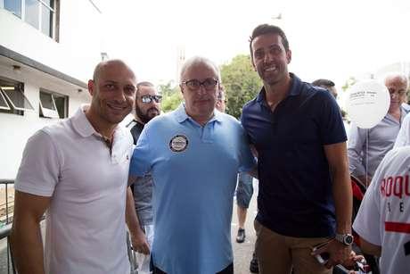 Ex-jogadores Alessandro e Edu Gaspar posam ao lado do vitorioso Roberto de Andrade Foto: Paulo Lopes / Futura Press
