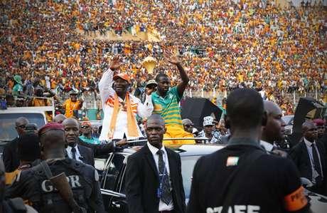 Touré celebra título com taça na mão Foto: Thierry Gouegnon / Reuters