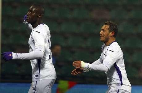 Babacar (esq.) comemora um dos seus gols no jogo Foto: Marco Luzzani / Getty Images
