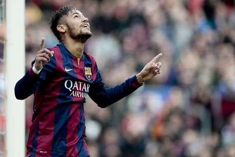 Neymar abriu o placar de canela, em gol que o fez superar Maradona no Barça Foto: Josep Lago / AFP
