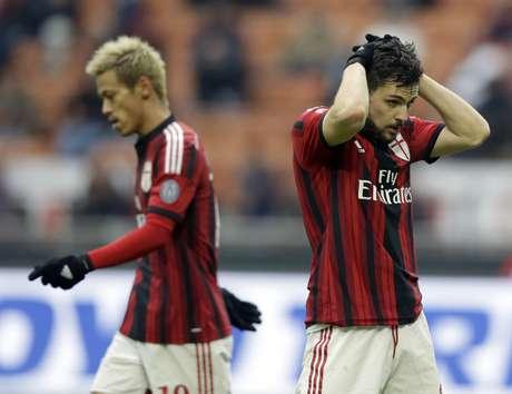Honda (à esq.) e Destro, autor do gol do Milan, lamentam má fase do clube Foto: Luca Bruno / AP