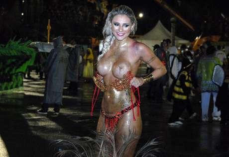 Modelo Junia Cabral, destaque da Peruche, se livra de fantasiaainda na dispersão do Sambódromo Foto: Eduardo Graboski / Lipe Aramuni