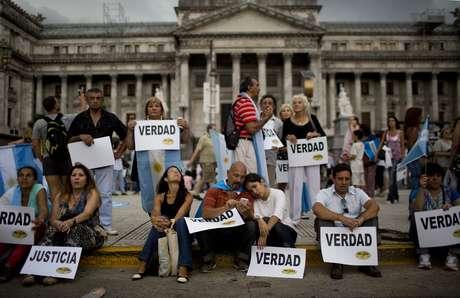 Milhares de pessoas se reúnem em Buenos Aires para exigir respostas sobre a misteriosa morte do promotor Alberto Nisman Foto: AP