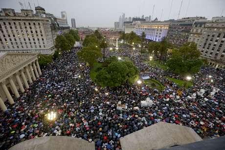 Argentinos se reúnem na Praça de Maio em manfestação realizada em memória de Alberto Nisman Foto: AP