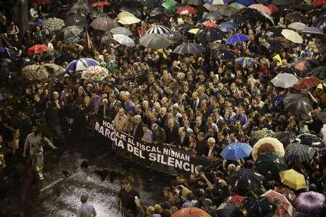 """Um grupo de procuradores seguram uma bandeira com a frase """"Homenagem ao procurador Nisman; marcha silenciosa"""", durante ato em homenagem a Alberto Nisman Foto: AP"""