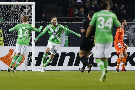 Dos comemora um dos gols da vitória do Wolfsburg Foto: Markus Schreiber / AP