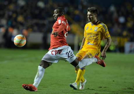 Brasileiro deu uma assistência para o equatoriano, que marcou dois gols Foto: Miguel Sierra / EFE