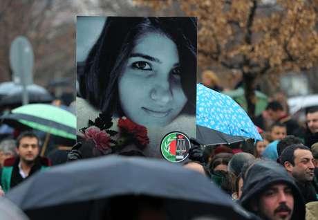 Milhares de pessoas protestam contra a morte de Ozgecan Aslan durante manifestação em Ancara Foto: AP