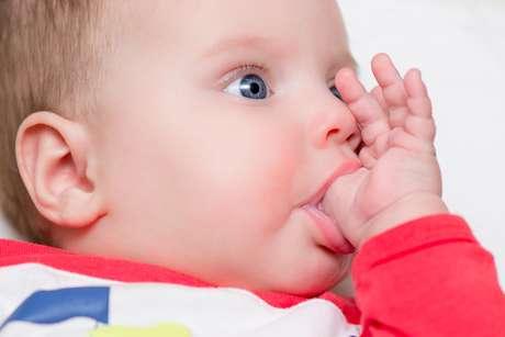 O hábito de chupar o dedo, aparentemente inofensivo, pode trazer danos para a saúde bucal tão sérios quanto o uso da chupeta e da mamadeira.  Foto: Denniro / Shutterstock