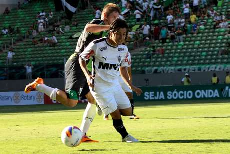 Gols da virada foram marcados depois da expulsão de Patrick Foto: Denis Dias / Gazeta Press