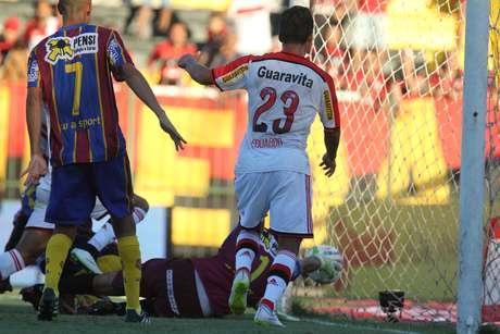 Bola finalizada por Bressan ficou pipocando sobre a linha Foto: Gilvan de Souza/Flamengo / Divulgação
