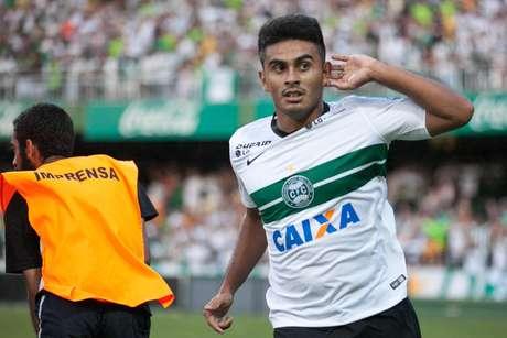 Rafhael Lucas comemora o primeiro gol do Coritiba no jogo Foto: Cleber Yamaguchi / Agência Eleven/Gazeta Press