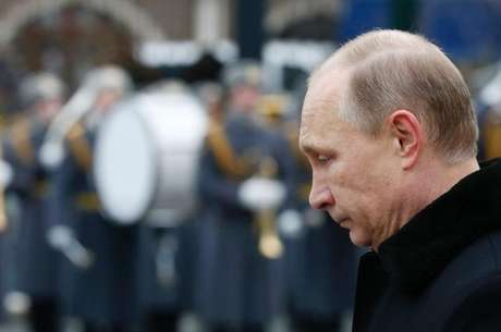 O presidente russo, Vladimir Putin, participa de uma cerimônia no Túmulo do Soldado Desconhecido, ao lado do Kremlin, em Moscou, na Rússia, nesta segunda-feira. 23/02/2015 Foto: Sergei Karpukhin / Reuters