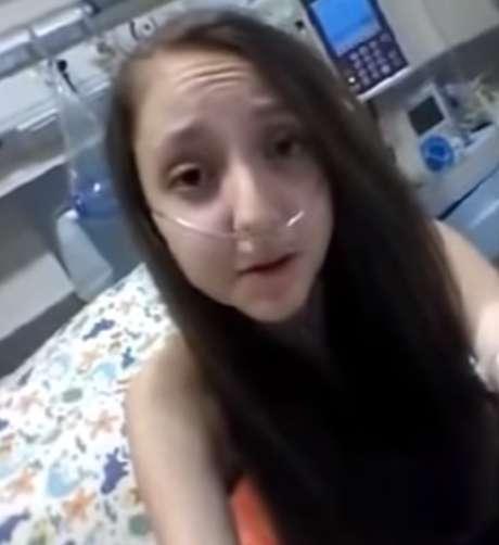 """Valentina Maureira disse da cama do hospital: """"Eu estou pedindo urgentemente para a presidente porque estou cansada de viver com essa doença e ela pode autorizar a injeção para me fazer dormir para sempre"""" Foto: Youtube / Reprodução"""