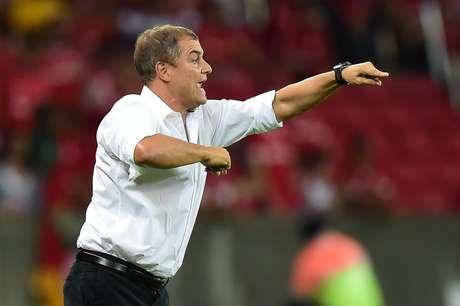 Diego Aguirre viu seu time matar o jogo nos contra-ataques Foto: Vinicius Costa / AFP