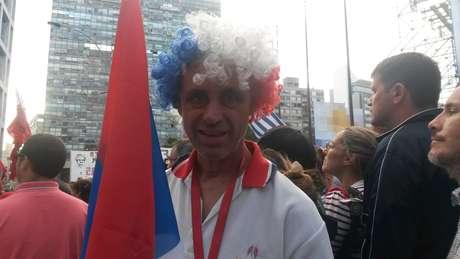 Aposentado Guillermo Verona, 59, acompanhou a cerimônia com as cores da Frente Ampla na cabeça e com a bandeira da coalizão nas mãos Foto: Denise Mota / Especial para Terra