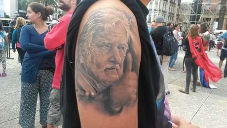 Emiliano Cardozo, 18, tem uma tatuagem de Mujica no braço Foto: Denise Mota / Especial para Terra