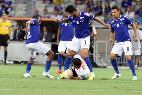 Léo chega mais forte e mata o ataque do Huracán Foto: Paulo Fonseca / AP