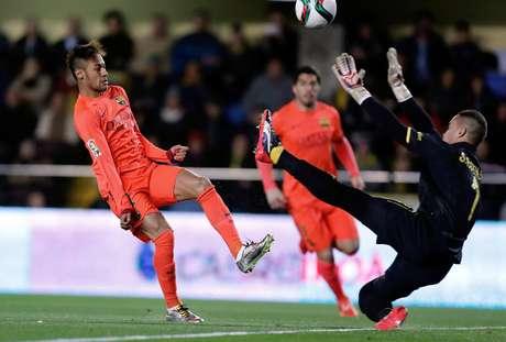Neymar recebeu de Messi e abriu o placar para o Barcelona Foto: Juan Carlos Cardenas / EFE