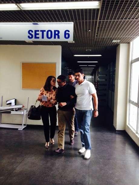 Marcos Souto (de preto) é levado para a delegacia Foto: Walter Junio / Especial para Terra