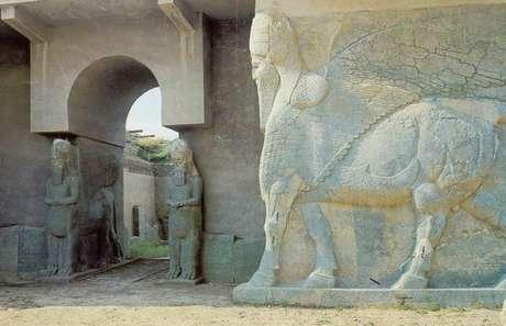 Membros do EI destruíram estátuas e construções do sítio arqueológico de milhares de anos Foto: Twitter