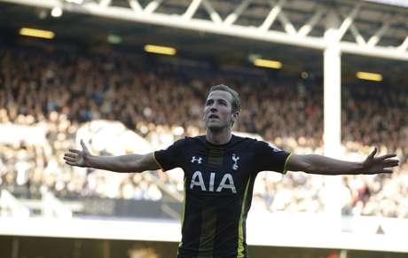 """Harry Kane, jovem de 21 anos e """"queridinho"""" da torcida do Tottenham, birlhou Foto: Alastair Grant / AP"""